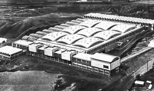 Завод резиновых изделий в Бринмаре (Англия, Южный Уэльс). Главный производственный корпус. 1945—51 гг. Архитекторы О. Аруп, Р. Дженкинс. Промышленные здания.