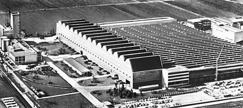 Машиностроительный завод в Бирре (Швецария). Главный производственный корпус. 1950-е гг. Архитектор Р. Рон. Промышленные здания.