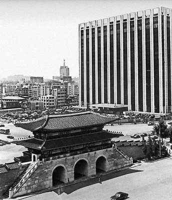 Сеул. Кванхвамун, главные ворота дворца Кёнбоккун. 1394. На заднем плане — правительственное здание (1960-е гг.). Сеул.
