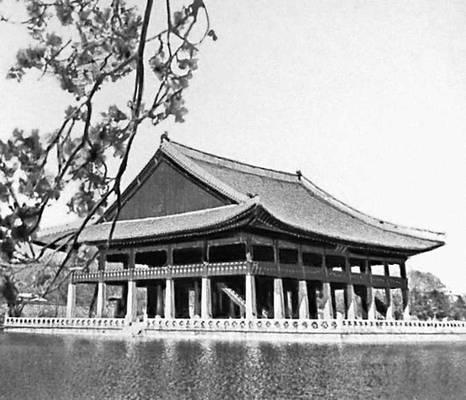 Сеул. Павильон Кёнхверу в парке дворца Кёнбоккун. 1410. Сеул.