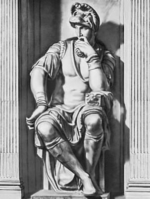 Скульптура. Микеланджело (Италия). «Лоренцо Медичи». Деталь убранства Новой сакристии (капеллы Медичи) церкви Сан-Лренцо во Флоренции. Мрамор. 1520—34. Скульптура.