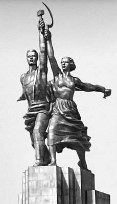 Мухина В. И. «Рабочий и колхозница». Нержавеющая сталь. 1935—37. Группа установлена перед северным входом ВДНХ в Москве. Скульптура.
