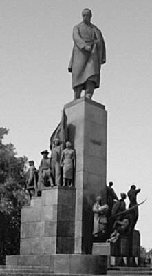 Памятник Т. Г. Шевченко в Харькове (арх. И. Г. Лангбард). Бронза, гранит. Открыт в 1935. Скульптура.