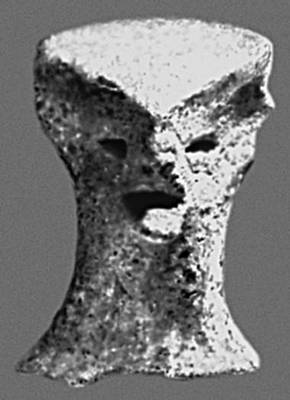 Скульптура. Фрагмент статуэтки лендьельской культуры. Глина. Энеолит. Музей. Пьештяни (Чехословакия). Скульптура.