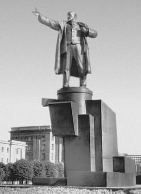 Памятник В. И. Ленину перед Финляндским вокзалом. Бронза, гранит. 1926. Скульптор Скульптура А. Евсеев, архитекторы В. А. Щуко, В. Г. Гельфрейх. Скульптура.