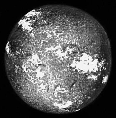 Рис. 3б. Изображение Солнца в свете отдельных спектральных линий, образующихся на разной высоте в хромосфере. Снимок в лучах ионизованного кальция. Солнце.