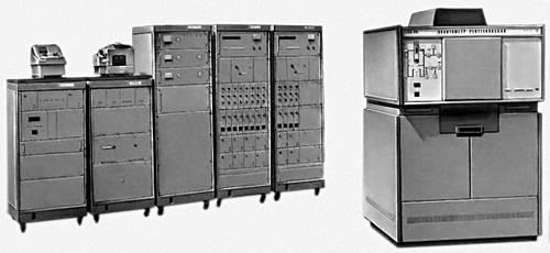 Рис. 2. Рентгеновский 12-канальный квантометр КРФ-18. Справа налево: оперативный стол, две стойки счёта импульсов — на 4 и 8 каналов, высоковольтный источник питания рентгеновской трубки, система автоматического управления и устройство вывода информации. Спектральная аппаратура рентгеновская.