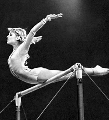 Спортивная гимнастика. Упражнения на брусьях (О. В. Корбут). Спортивная гимнастика.