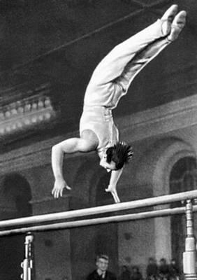 Спортивная гимнастика. Упражнения на брусьях (В. И. Чукарин). Спортивная гимнастика.