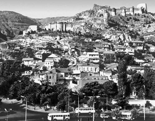 Тбилиси. Вид на старый город и цитадель Нарикала (4 в., 16—17 вв.). Тбилиси.