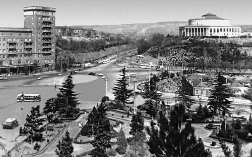 Тбилиси. Площадь Героев. Справа — здание цирка (1940, архитекторы Н. М. Непринцев, С. Сатунц, В. Урушадзе). Тбилиси.
