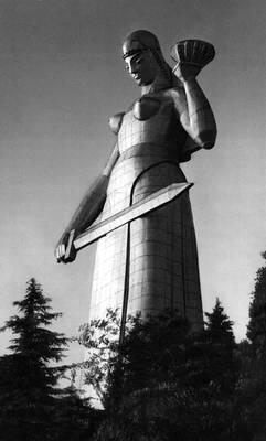 Э. Д. Амашукели. Статуя «Мать-Грузия» в Тбилиси. Алюминий. 1963. Тбилиси.