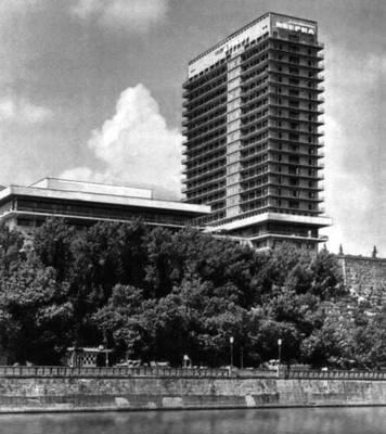О. Д. Каландаришвили (при участии И. С. Цхомелидзе). Гостиница «Иверия» в Тбилиси. 1967. Тбилиси.