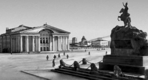 Площадь Сухэ-Батора в Улан-Баторе. Справа — памятник Сухэ-Батору (искусственный гранит, 1946, скульптор Чоймбол). Улан-Батор.