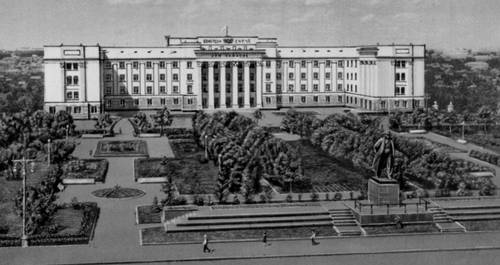 Чебоксары. Площадь Ленина. В центре — Дом Советов (1940, архитектор М. М. Базилевич). Чебоксары.