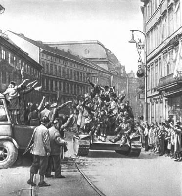 Население Праги встречает войска Советской Армии 9 мая 1945. Чехословакия.