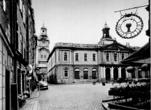 Башня церкви Сторчюрка (13—18 вв.) и биржа (1768—76, архитектор К. Ю. Кронстедт) в Стокгольме. Швеция.