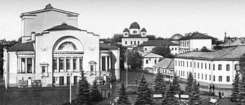 Ярославль. Театр им. Ф. Г. Волкова (1911, архитектор Н. А. Спирин) и окружающая застройка. Ярославль.
